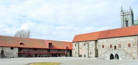Двор архиепископского дворца у собора Нидаросдомен в Тронхейме