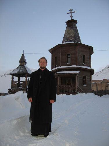 небольшая православная часовня в центре поселка в память о погибших в 1996 году в авиакатастрофе самолета Ту-154 у горы Операфьеллет (фото 2008г)
