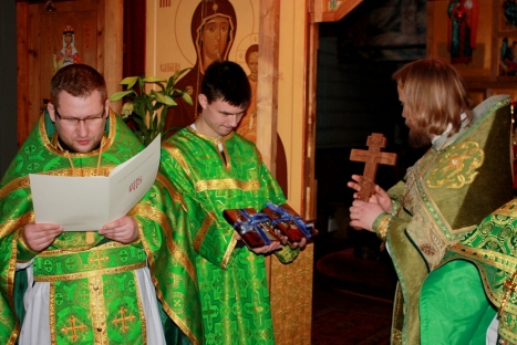 Иерей Ириней зачитывает поздравления с престольным праздником и годовщиной хиротонии от благочинного игумена Климента и прихода святой княгини Ольги в Осло
