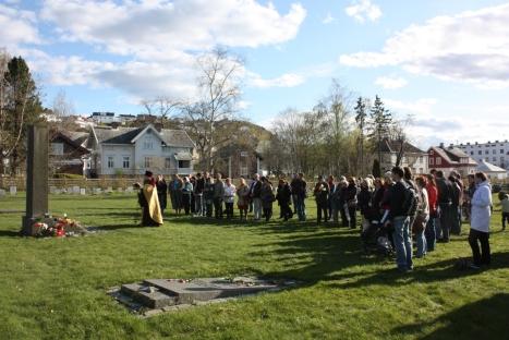 Заупокойное богослужение на братской могиле советских и югославских воинов на кладбище Ладемоен в Тронхейме в День Победы 9 мая