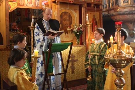 Чтение игуменом Климентом Евангелия на норвежском