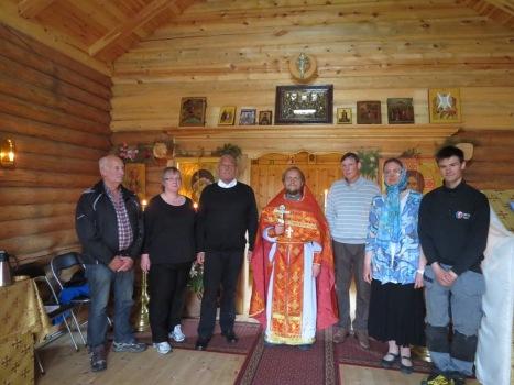 Участники работ по переносу часовни после литургии