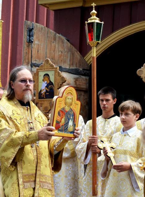 Архиепископ Марк благословляет верующих иконой вечного короля Норвегии
