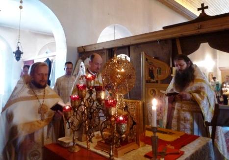 Молитва в алтаре во время Божественной литургии