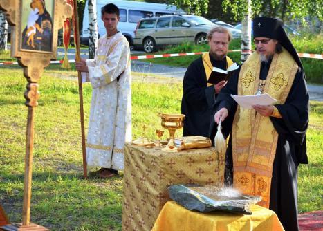 Освящение закладного камня святой водой