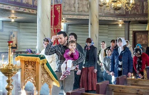 Прихожане за праздничным богослужением