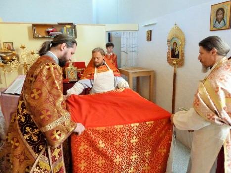 Духовенство облачает освященный престол