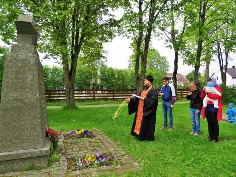 Панихида у братской могилы павших солдат