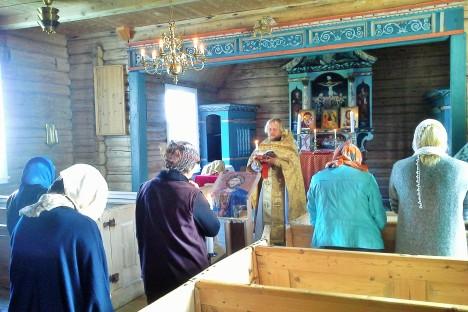 Литургия в норвежском храме из архангельских бревен
