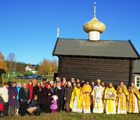 Духовенство и прихожане-паломники у стен храма св.Олафа