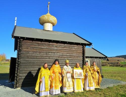 Православное духовенство после литургии у стен храма
