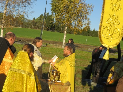 Чтение Евангелия владыкой Марком перед освящением храма