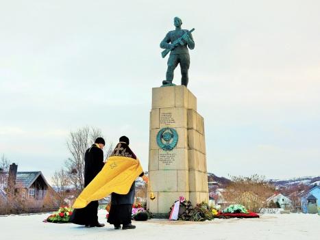 Панихида у памятника советским солдатам-освободителям в Киркенесе