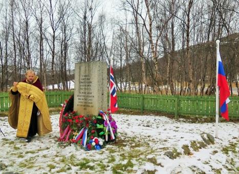 Заупокойное богослужение у памятника на братской могиле советских солдат неподалеку от Киркенесе у р.Носельва