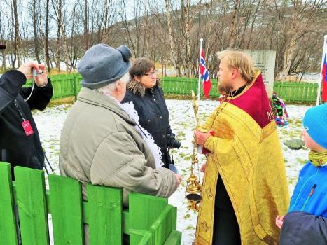 Общение с журналистами и местными норвежцами после панихиды