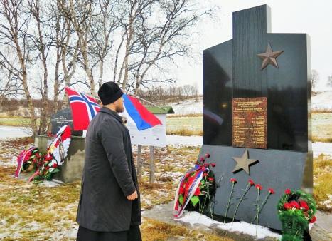 Заупокойная молитва о упамятник павшим советским воинам в Нейдене