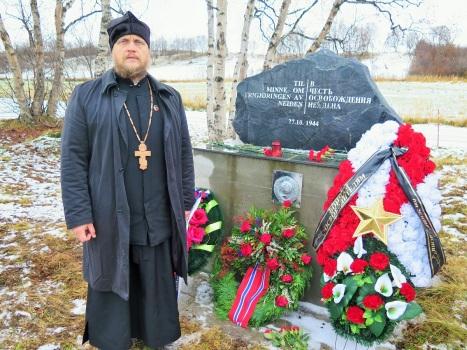 У памятника павшим за освобождение Нейдена