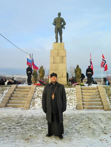 У памятника русскому воину Алеше в Киркенесе