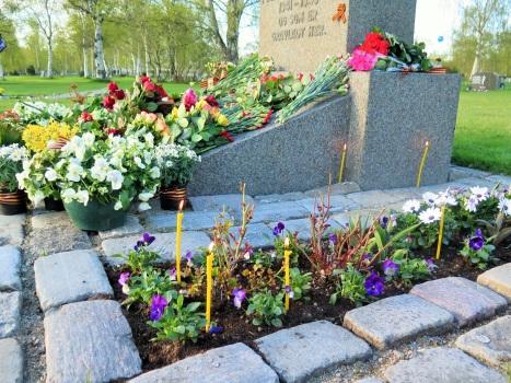 Цветы и свечи на братской могиле павших воинов