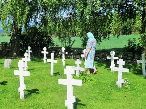 Матушка Ольга у могил соотечественников на Хельгойя