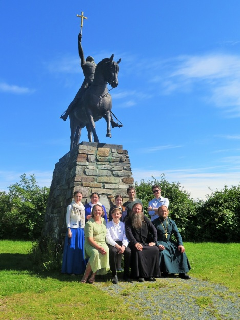 У памятника святому королю Олафу Норвежскому в Стиклестаде