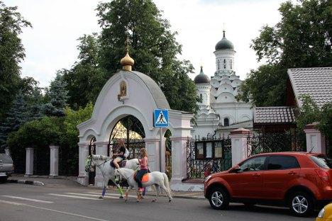 Дорога к храму Живоначальной Троицы в Хорошеве