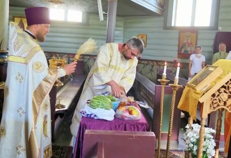 Традиционное освящение винограда и яблок