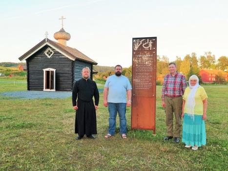 У информационного знака возле православного храма в Стиклестаде