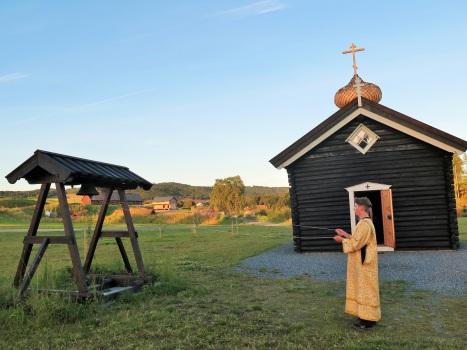 Колокольный церковный звон над холмами и полями