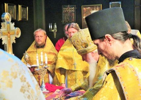 Собор духовенства в алтаре в день праздника