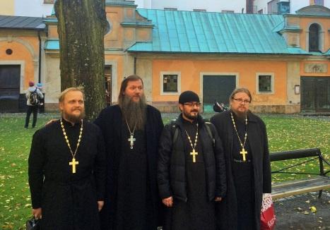 Отец Артемий Владимиров и скандинавское духовенство у стен храма