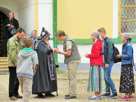 Благословение монастырского схимника детям-паломникам