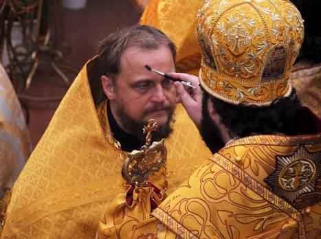 Помазание архиереем духовенства на богослужении Утрени