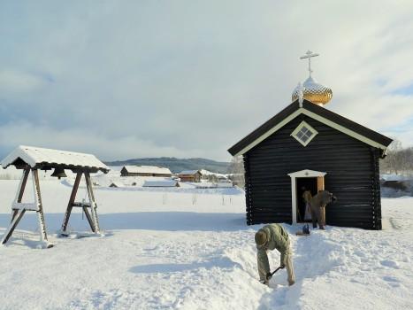 Алтарник Ваня усердно прокладывает сквозь снег путь к храму