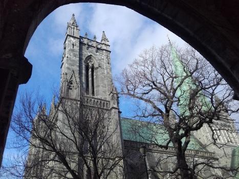 Вид из арки на собор Нидаросдомен