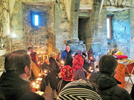Собор молящихся за праздничной литургией