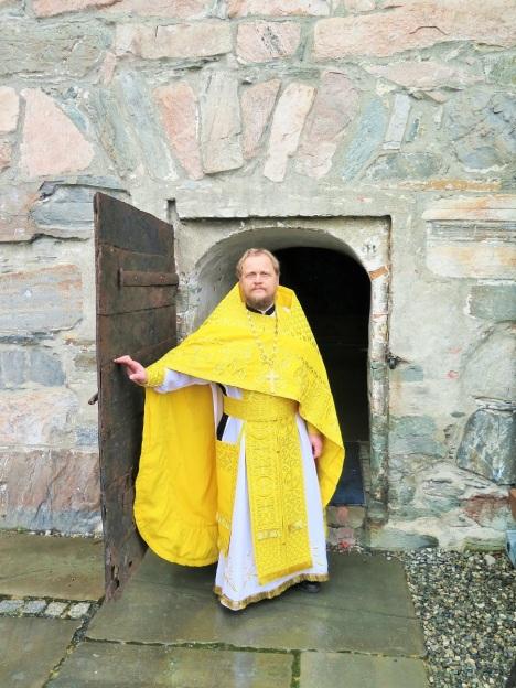 Вход в храм-часовню - тесны врата в жизнь вечную