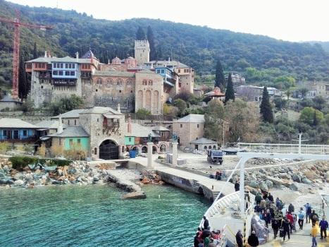Высадка паломников в греческий монастырь Дохиар