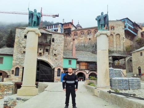Ангельская стража у входа в монастырь Дохиар с пристани