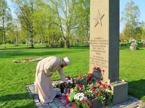Возложение цветов к памятнику павших военнопленных