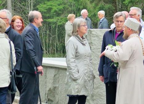 Общение с епископом Норвежской Церкви в Тронхейме после официальной церемонии в Фалстаде