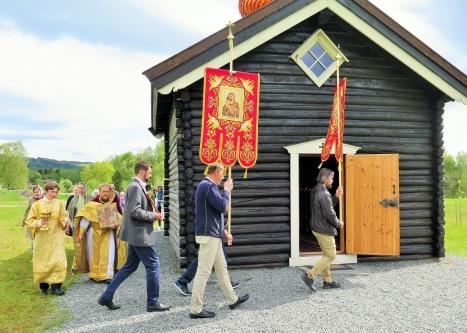 Крестный ход у православного храма в Стиклестаде
