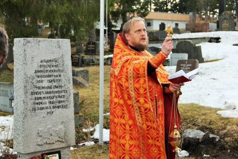 У памятника павшим советским солдатам в Тромсе