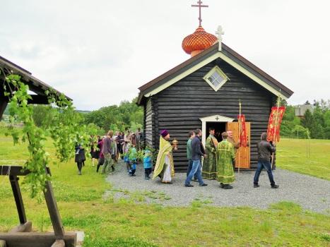 Крестный ход у стен православного храма