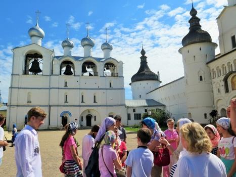 Паломническая группа у колокольни-звонницы Ростовского кремля