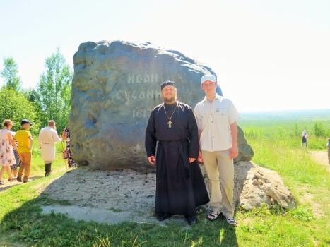 У камня-памятника Ивану Сусанину у знаменитых болот