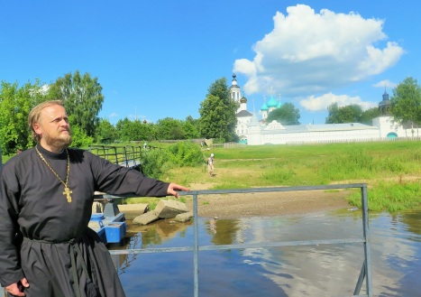 На речной пристани Толгского монастыря