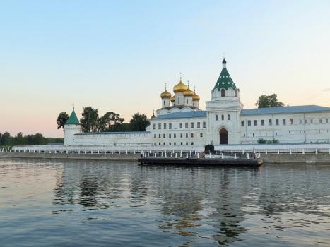 Вид на Ипатьевский монастырь со стороны реки Волги