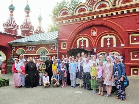 Паломники после богослужения в храме Воскресения Христова в Костроме