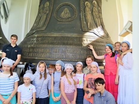 Дети-паломники на колокольне Троице-Сергиевой лавры
